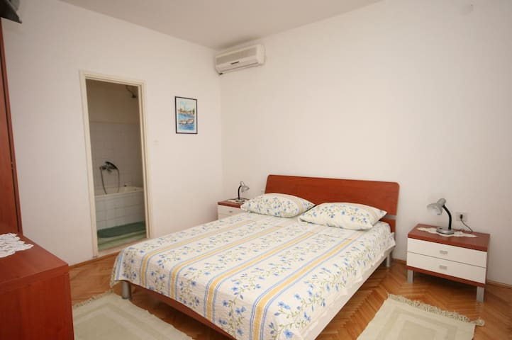 One bedroom apartment with terrace Jelsa, Hvar (A-2059-b)