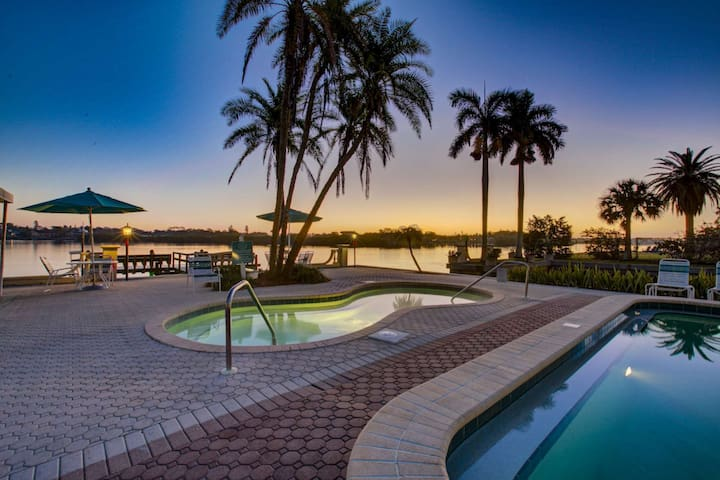 Palm Bay Private Beach, Renovated with Quality Furnishings, Pools/Spa on Gulf & Bay, Bay Sunrises