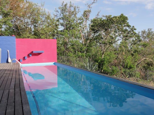 Chambre sur piscine dans villa  - Etang Sale - House