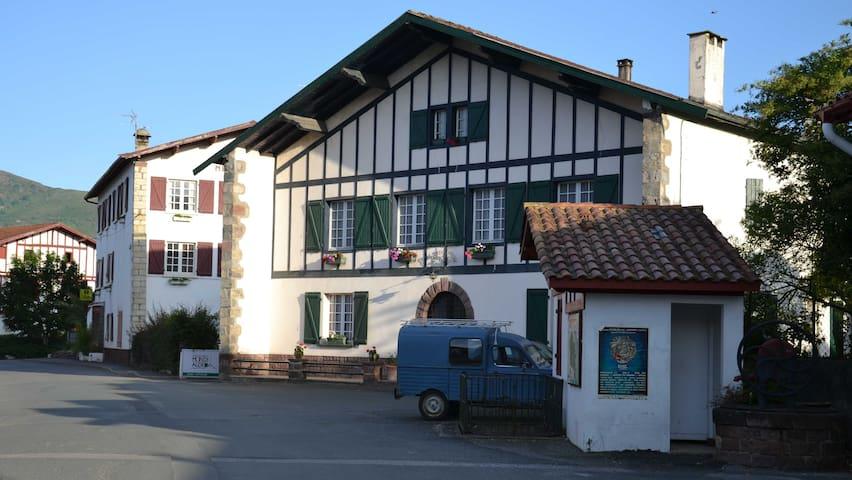 Maison Etxe-Berria (A) - Ossès - Bed & Breakfast