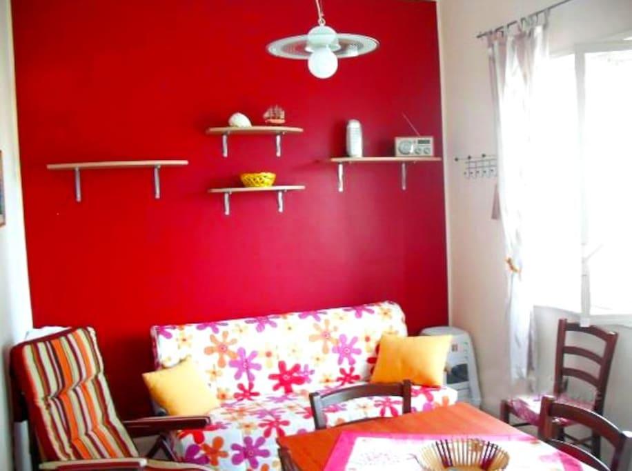 Cucina ben arredata e dai colori vivaci. Il divano-letto matrimoniale è munito di materasso alto 15 cm, comodo per dormire sogni tranquilli!