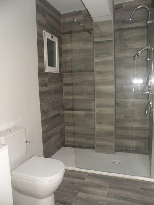 Cuarto de baño con espaciosa ducha