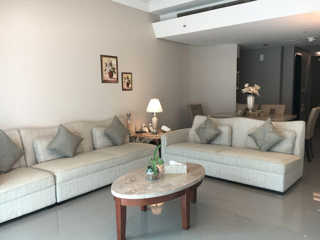 Deluxe 2 BR Apartment. Khaled Lake. - Sharjah - Apartamento