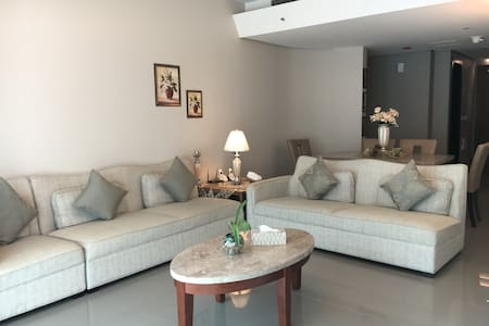 Deluxe 2 BR Apartment. Khaled Lake. - Sharjah - Daire