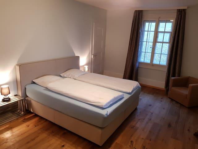Schlafzimmer mit Boxspring Doppelbett