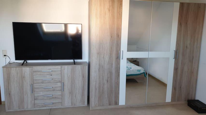 Große Zimmer mit eigenem Badezimmer