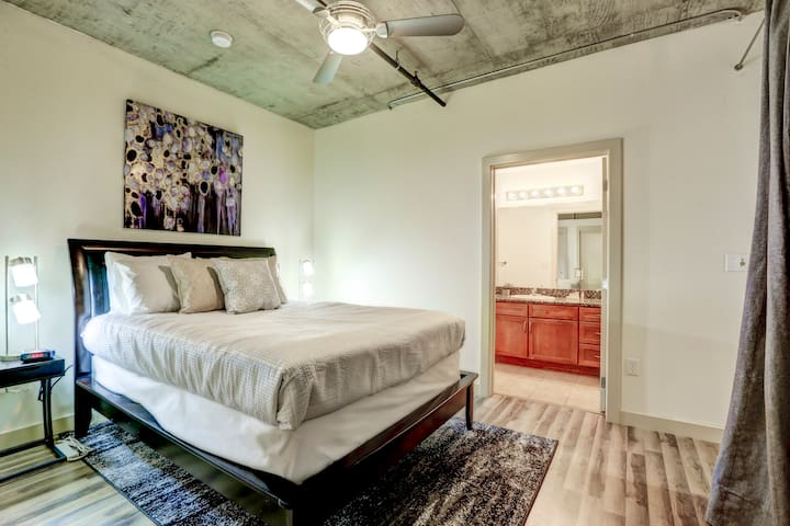 Luxurious 2 Bed Loft in the Heart of Denver!