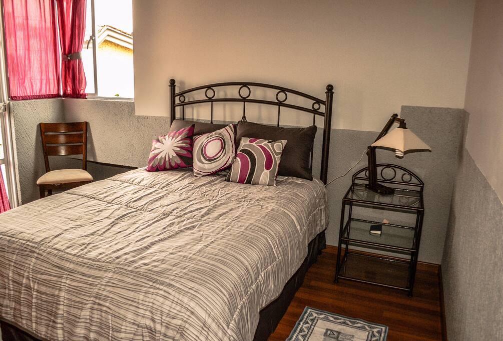 Cuarto 1- Principal con cama matrimonial y balcón