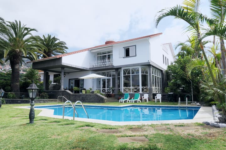 Luxury Villa in City Center Private Pool & Rooftop