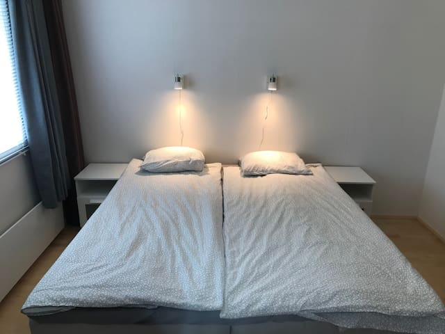 Makuuhuone 3, 180cm parivuode. Verhot, pimennysverho ja kaihtimet. Bedroom 3. 180 cm king size bed. Curtains, blinding curtain and blinds.