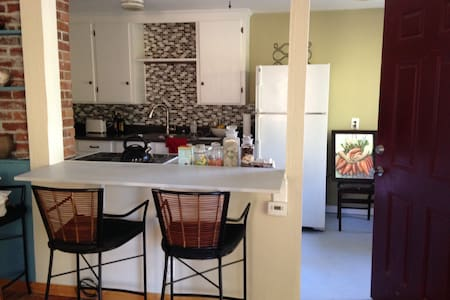 Madison Valley comfortable, quiet half of duplex, 1 bedroom, 1 bath.  Walking distance to Madison Valley's fantastic restaurants, coffee shops, spas, and the UW arboretum.  Central to Seattle, UW, Capitol Hill, Madison Park, Madrona, Freeways.