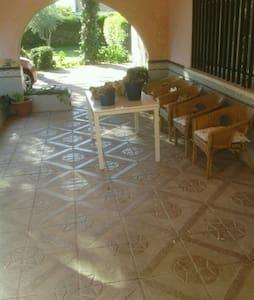 casa acogedora, gran jardín,para descansar. - Valdetorres de Jarama - Chalé