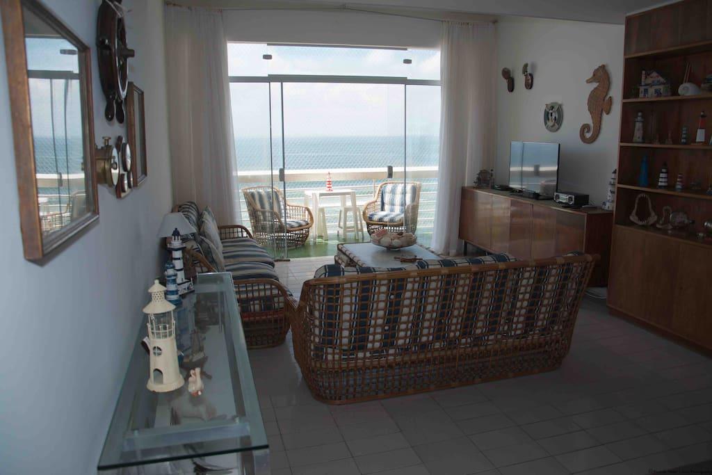 Sala de estar com vista para o mar