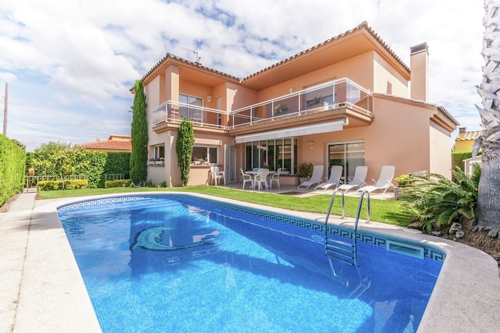 Fantastic house with private pool for 8 people very close to L'Escala