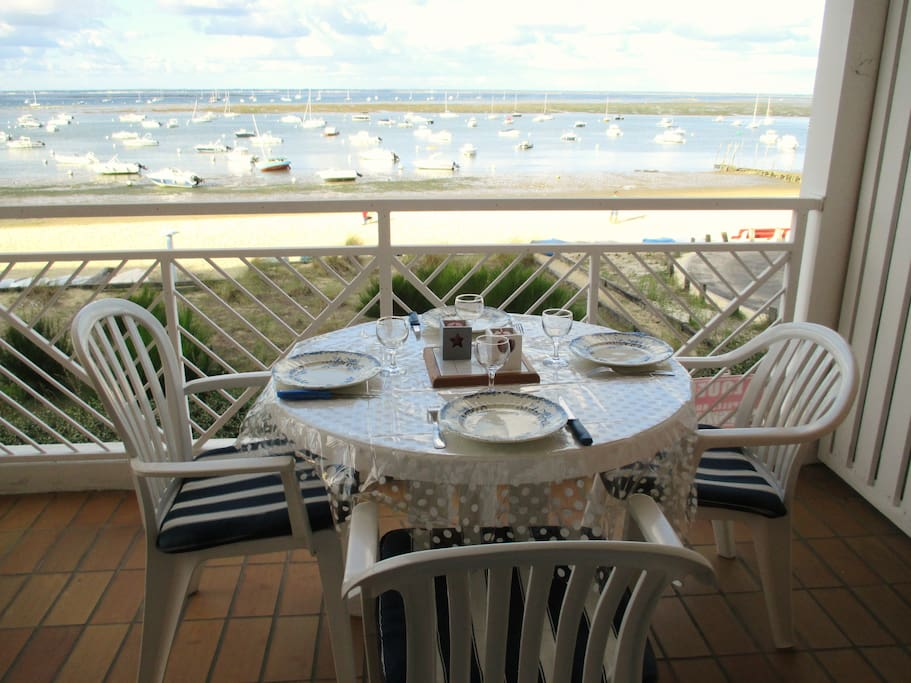 Un déjeuner convivial au bord de la plage...