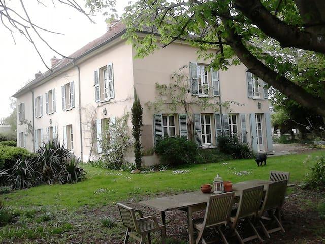 Chambre spacieuse à 30 mn de Paris
