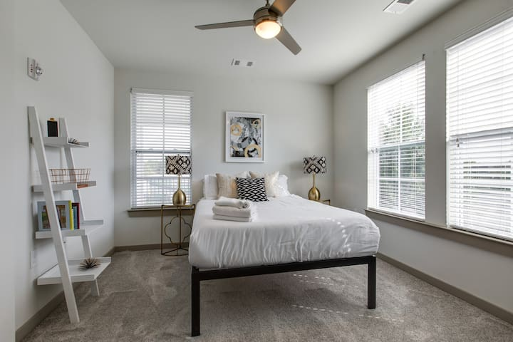 Chic 2br with Gym/Pool/Parking in Franklin