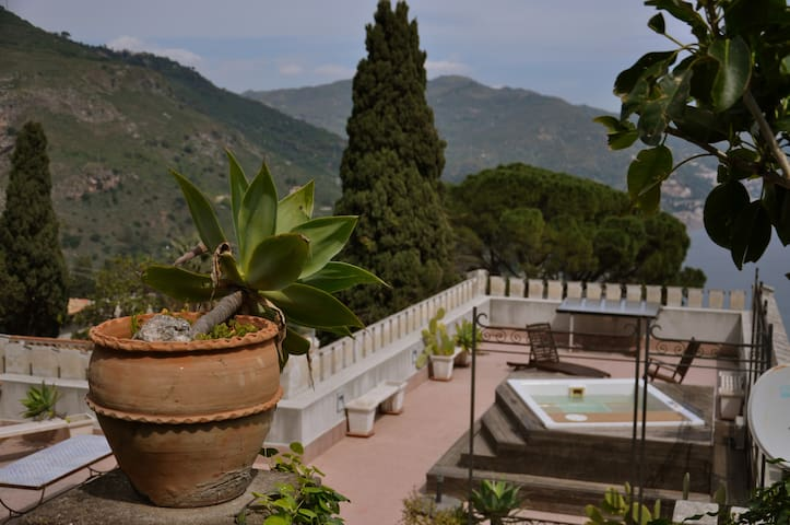 Villa Serenella, sea view with jacuzzi in Taormina
