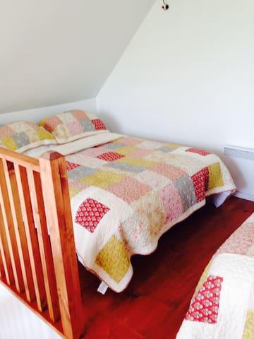 Un lit double et un lit queen et vous pouvez voir la rivière de votre chambre