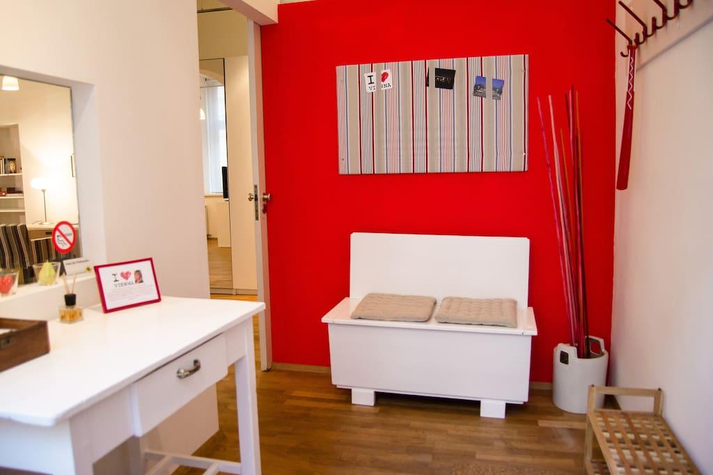 Der helle Eingangsbereich mit Gästeboard