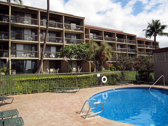 1B Poolside Condo w/ Beach Access