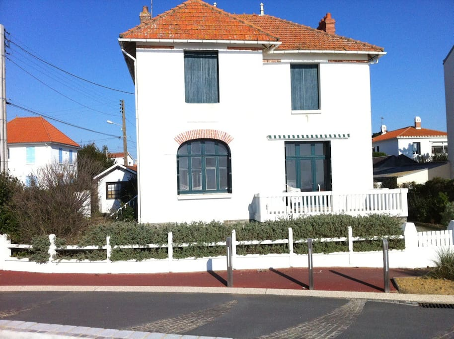 maison  de 1921 avec sa belle façade en front de mer