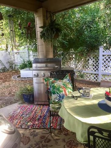 ✨This Space is absolutely Wondrous in the Mornings with your coffee or light breakfast from the kitchen. This lovely area is so Peaceful. Catch up on emails or Social Media, or just sit and Enjoy the neighborhood in Peaceful surroundings.
