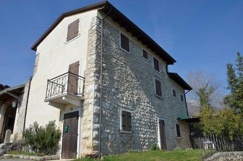 蒙特契奥加尔达湖( Montecchio Garda Lake )乡村小屋