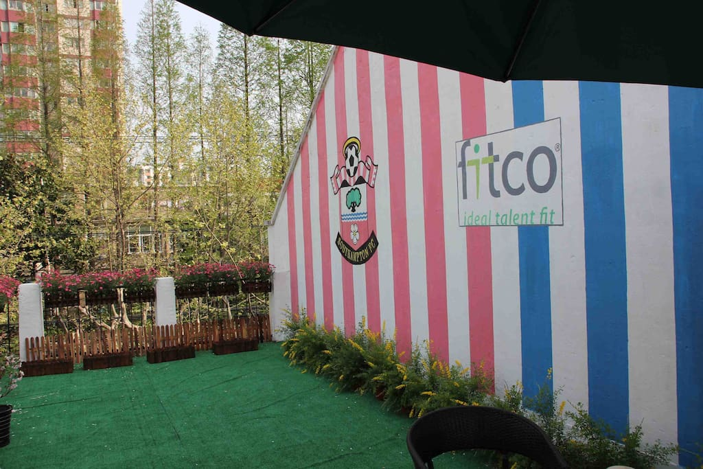 A beautiful garden you can enjoy your breakfast and talk to a genuine English soccer fan from Southampton