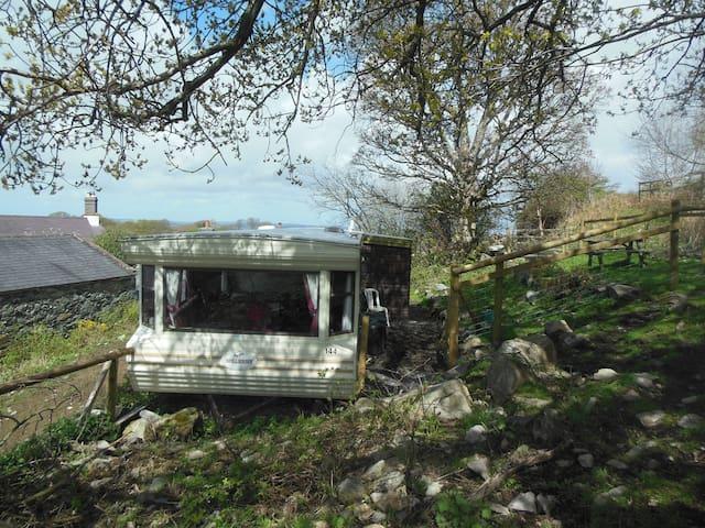 Spacious caravan on edge of Snowdonia