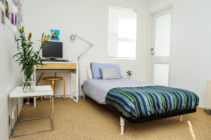 Sunny quiet room in Albion - Albion