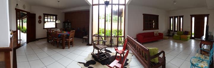Casa a 100m da Praia de Manguinhos - 4 Quartos