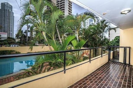 Private room with a queen bed, in a tidy 2br unit.  Close to the beach, Northcliffe light rail stop and an easy walk into Surfers.