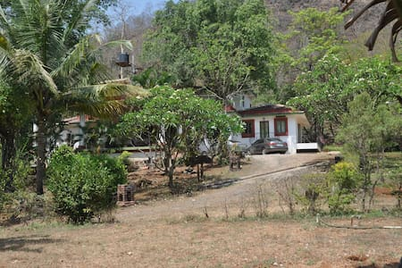 In the woods ... close to the  sea - Kashid Alibaug - Huis