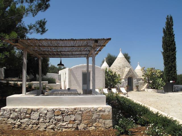 Trullo con grande giardino alberato - Ceglie Messapica - House