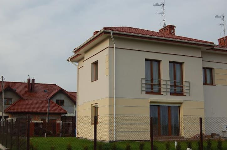 Comfortable house 10 km to stadium - Varsovie