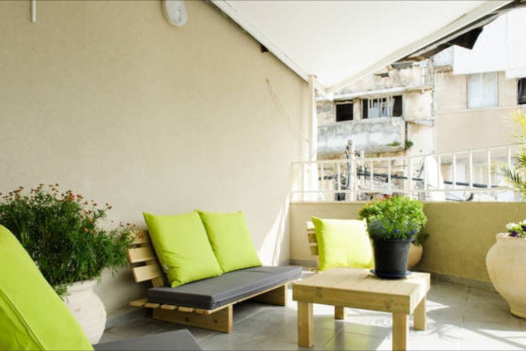 Shared balcony in 1st floor for the guests with outdoor furniture, place that you as guest set relax and meet new people all over the world.
