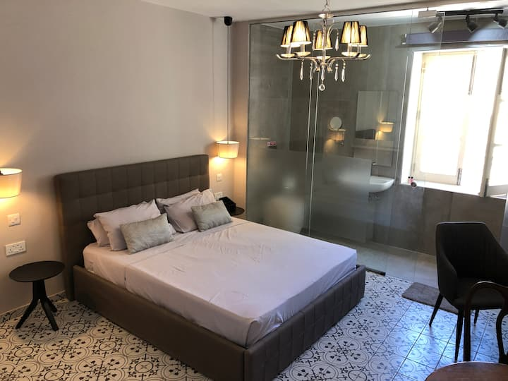 Deluxe room with a stylish bathroom