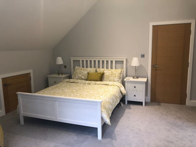 Huge ensuite room with sofa area ideal Farnborough