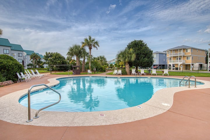 Sunny & bright condo w/ Gulf views, beach access, shared pool, & a fitness room