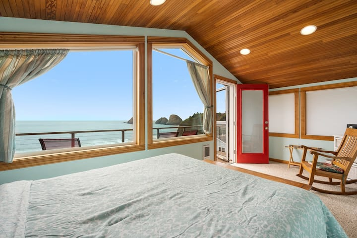 Panoramic VIEWS, 3 decks in light filled Cottage