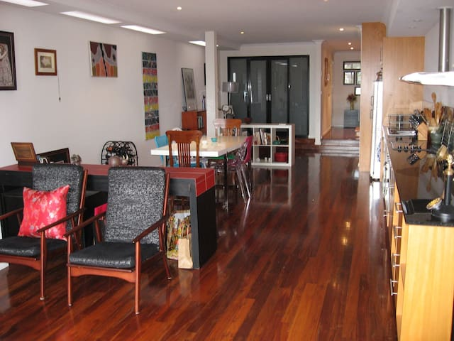 Modern, designer and convenient - Mount Hawthorn - Apartamento