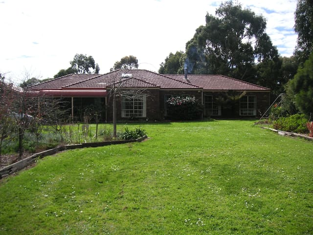 Country town home, plenty of room. - Koroit - Huis