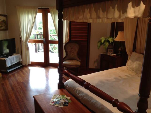 Luxury bedroom suite, with verandah - Mission Beach - Bed & Breakfast