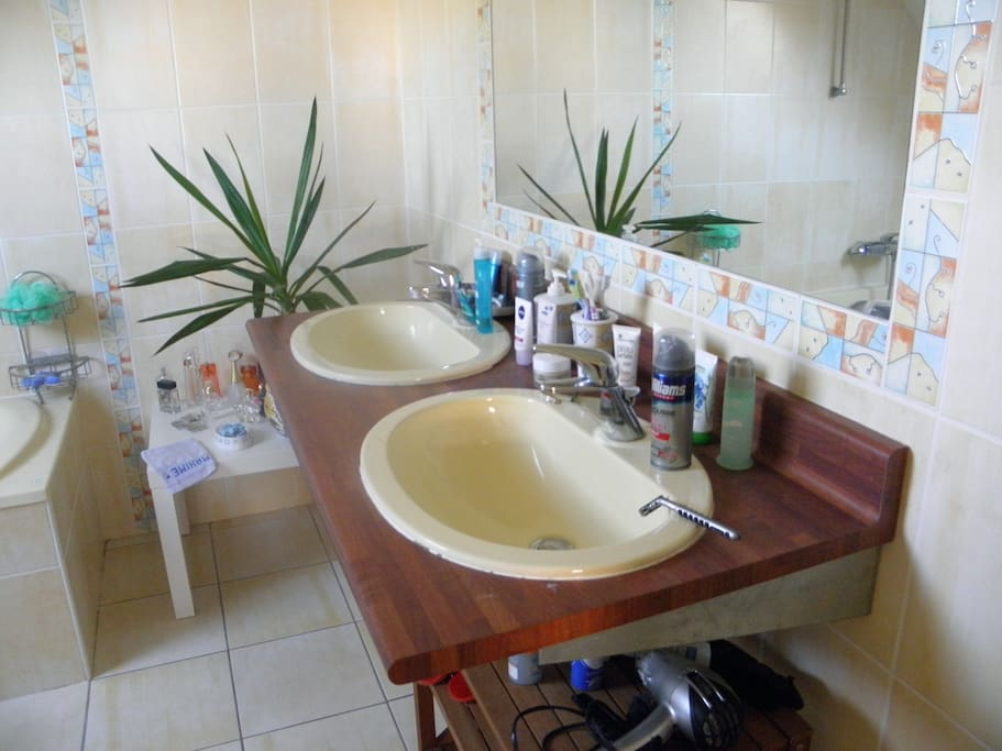 salle de bain attenante à la chambre avec baignoire
