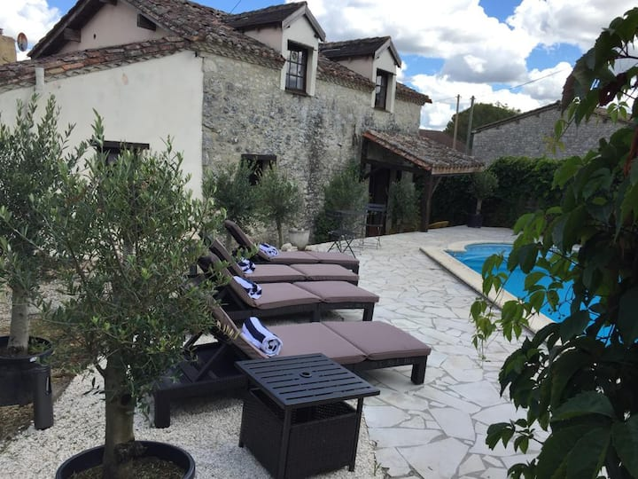 Rustic retreat in Beautiful Le Roc with pool