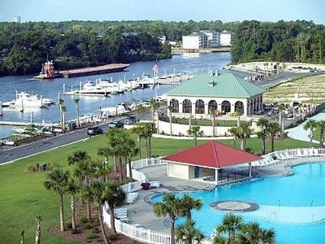 Large pool, hot tub & restaurant that quest can use- You can rent JetSki's and pontoon boat from our marina