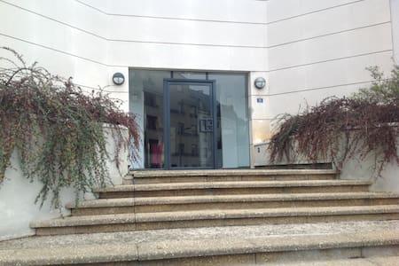 Studio clair, 1er étage, balconnets - Cergy