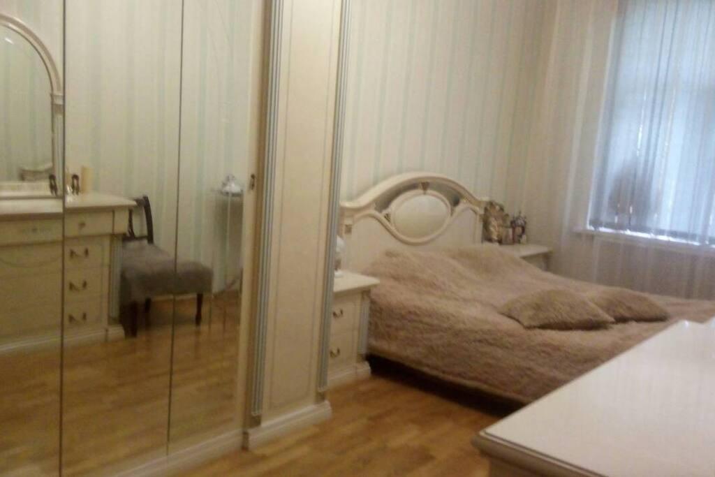 Спальня светлая, просторная. Шкаф, комод, зеркала, тумбочки.