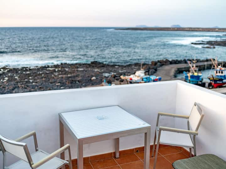 La Santa 5- Seafront apartment with amazing sea views from private terrace
